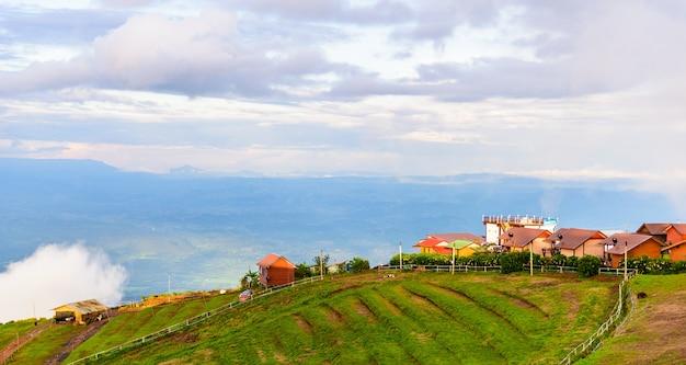 Phuthapboek phetchabun thaïlande - 8 octobre: resorts et lodges sur la montagne avec le coucher du soleil au matin