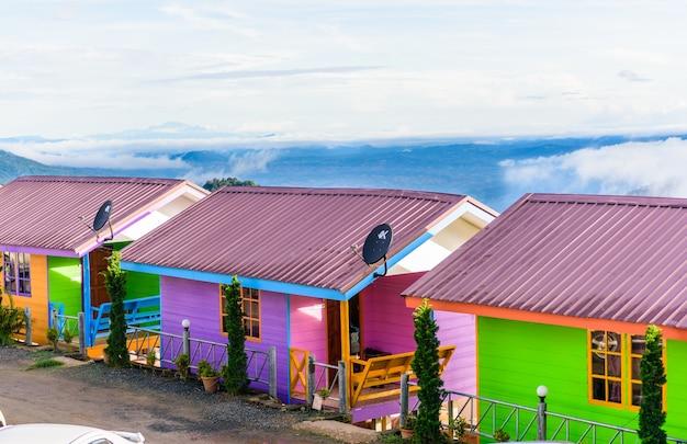 Phuthapboek phetchabun thailande - 9 octobre: resorts et lodges sur la montagne avec le coucher du soleil au matin