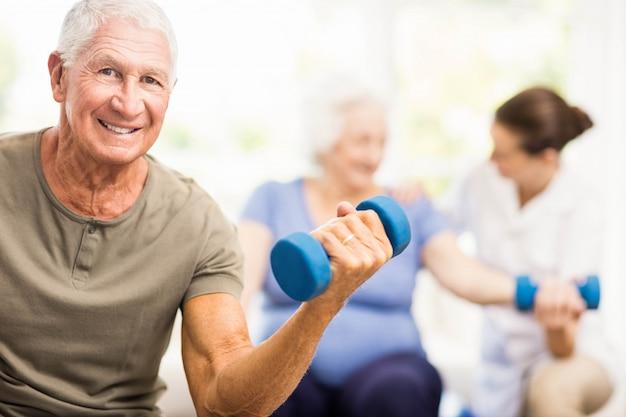 Physiothérapeute aidant les patients avec des exercices à la maison