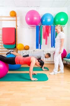 Physiothérapeute donnant aux patients des exercices de gymnastique