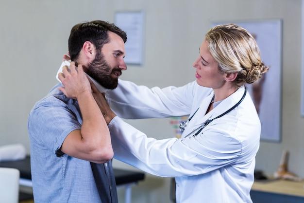 Physiothérapeute examinant le cou du patient