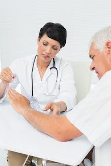 Physiothérapeute examinant les patients poignet avec goniomètre