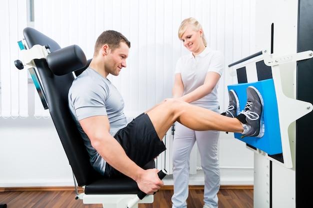 Physiothérapeute exerçant un patient en thérapie sportive