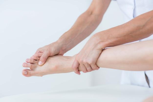Physiothérapeute faisant un massage des pieds