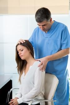 Physiothérapeute faisant une thérapie myofasciale sur une patiente