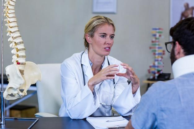 Physiothérapeute interagissant avec le patient