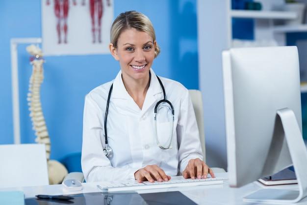Physiothérapeute travaillant sur ordinateur