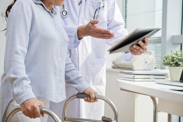 Physiothérapeute visiteuse patiente traumatisée