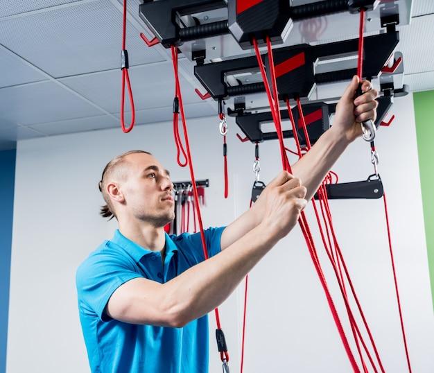 Physiothérapie. thérapie d'entraînement en suspension. jeune, faire, fitness, traction