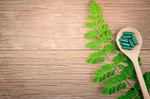 Phytothérapie ou supplément à base d'herbes pour une bonne santé, sur fond médical en bois
