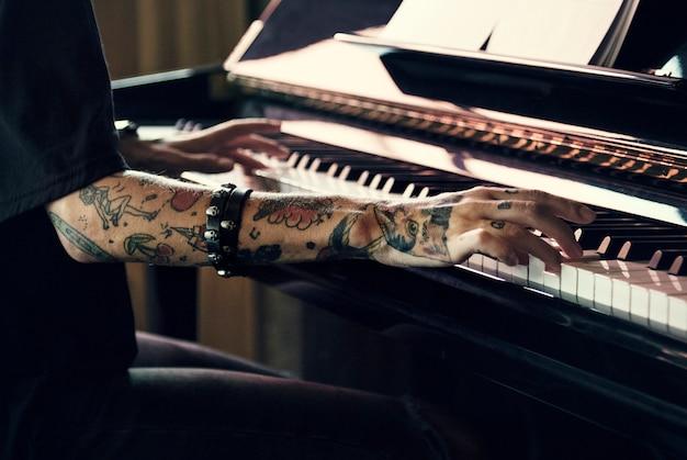 Pianiste pratiquant un piano à queue avec de la musique classique