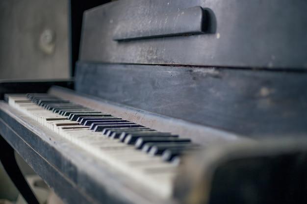 Piano abandonné à pripyat à tchernobyl