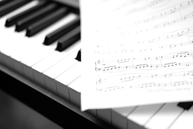 Piano classique et feuille de musique. photo noir et blanc, fond musical