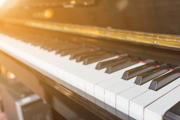 Piano avec une lumière qui brille