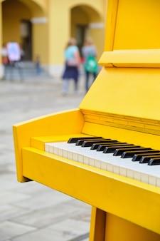 Le piano musical décoratif se dresse dans la rue.