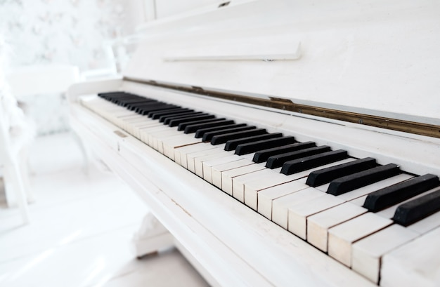 Piano vintage blanc dans une salle blanche