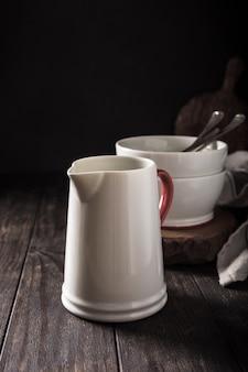 Pichet en céramique blanche avec poignée rouge