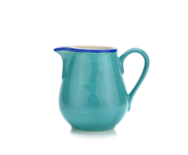 Pichet en céramique verte ou crémier sur surface blanche isolée