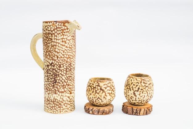 Pichet et deux verres en grès cérame avec fond blanc