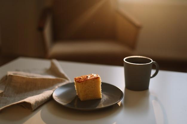 Pichet de gâteau frais et tasse de café