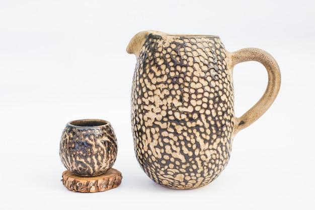 Pichet et gobelet en grès céramique avec fond blanc