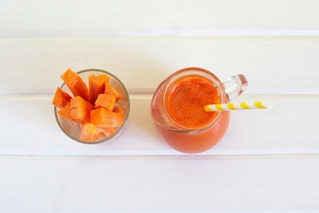 Pichet de jus de carotte bio et carotte fraîche
