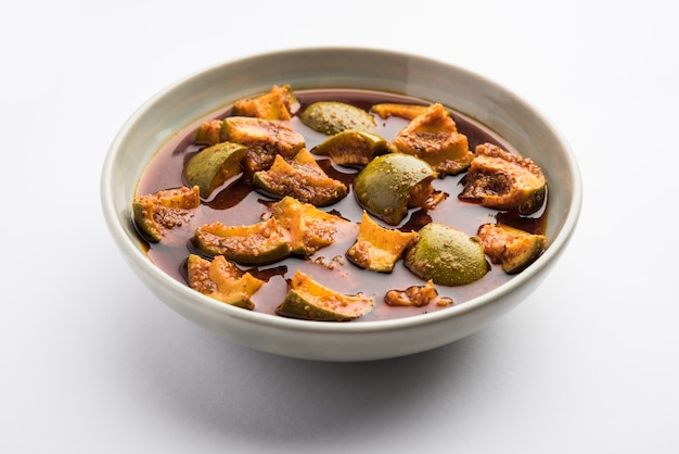 Pickle de mangue crue maison indienne ou aam ka achar ou kairi loncha dans un bol