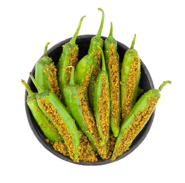 Pickle piment vert indien épicé sur fond blanc
