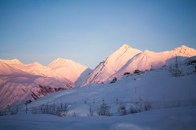Pics des montagnes du caucase, aube du soleil. vue imprenable depuis la montagne de kazbek, en géorgie. concept de motivation de voyage.