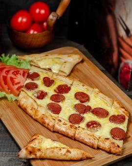 Pide avec du fromage et des saucisses