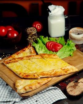 Pide de fromage à la crème sur une planche de bois