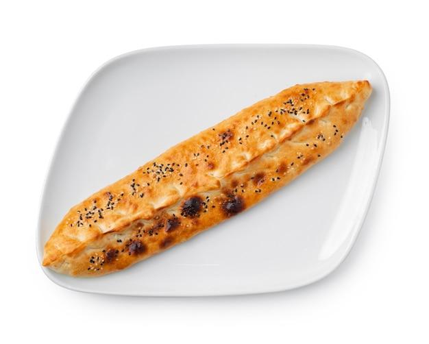 Pide de pain plat en forme de bateau turc isolated on white