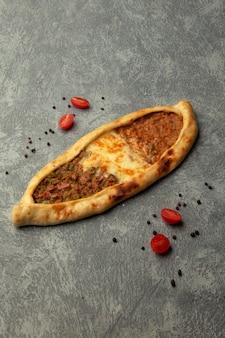 Pide avec de la viande hachée et du fromage fondu
