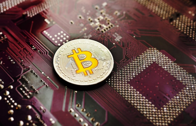 Pièce d'argent bitcoin sur un fond de puce.