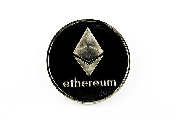 Pièce d'argent ethereum isolé sur fond blanc