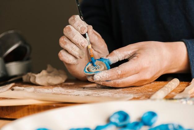 Pièce d'art de peinture de sculpteur de gros plan