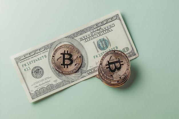 La pièce bitcoin est sur le dollar.