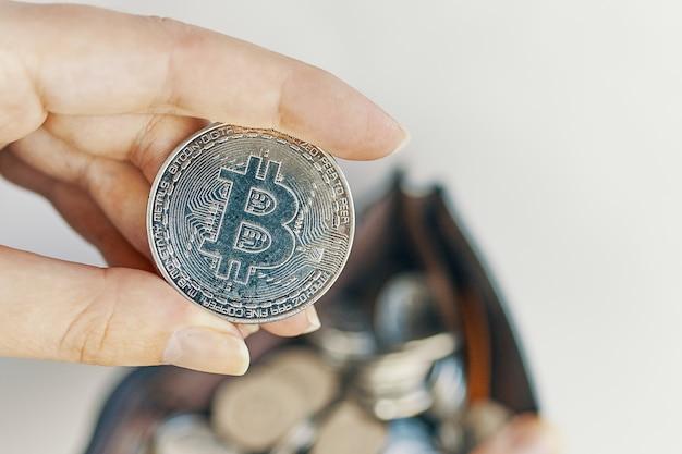 Pièce bitcoin à la main