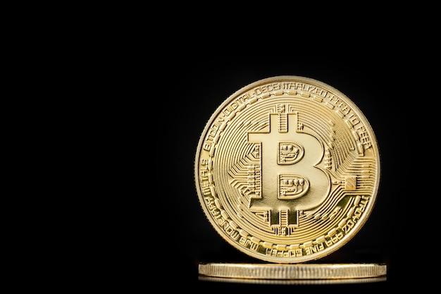 Pièce de bitcoin sur le noir