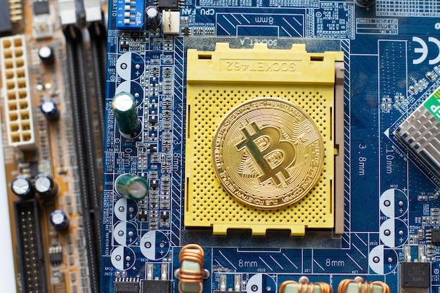 Pièce de bitcoin sur puce de circuit imprimé.