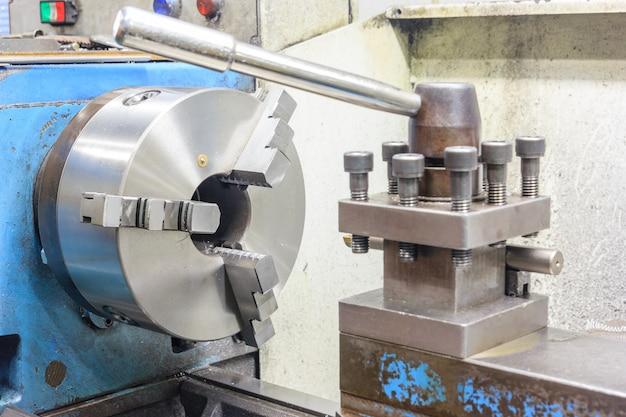 Pièce brillante rotative d'un tour automatisé pour l'usinage de pièces métalliques
