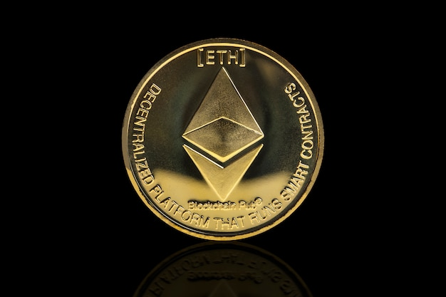 Pièce cryptée ethereum sur fond noir