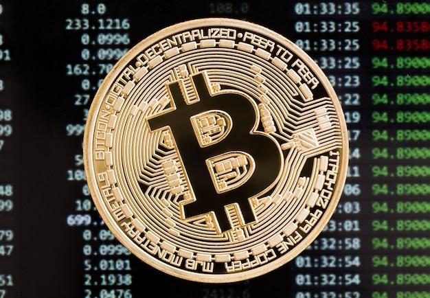 Pièce de crypto-monnaie bitcoin dorée sur fond de carte de circuit imprimé. photo haute résolution.