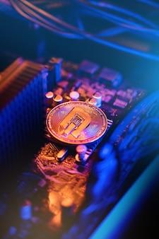 Pièce de crypto-monnaie dash sur une carte mère d'ordinateur pc, concept d'extraction de monnaie crypto.