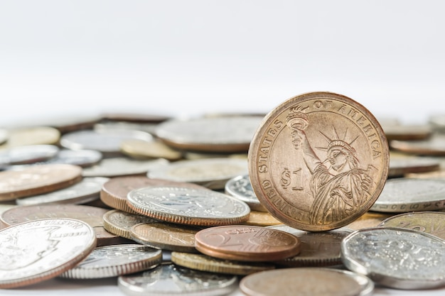 Pièce d'un dollar sur d'autres pièces différentes, concept de finance