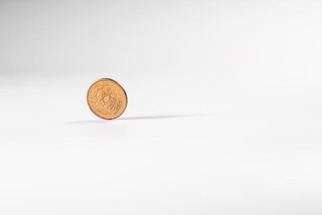 Pièce d'un dollar tournant sur fond blanc