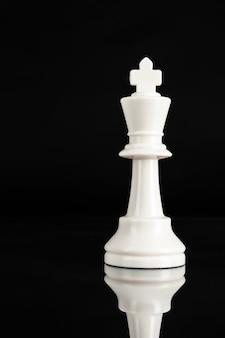 Pièce d'échecs bouchent sur fond noir, concept de leadership