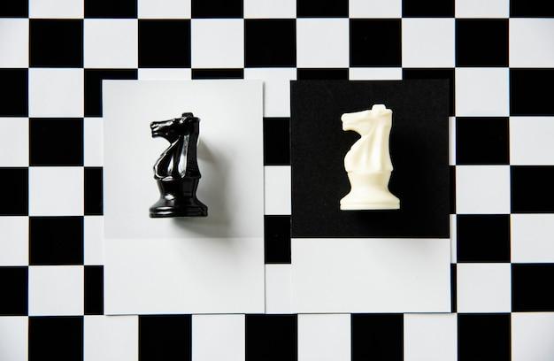 Pièce d'échecs de chevalier sur un motif