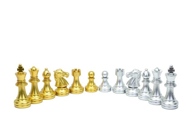 Pièce d'échecs d'or et d'argent se tiennent dans une rangée isolée sur la surface blanche. chemin de détourage