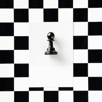 Pièce d'échecs pion sur un motif